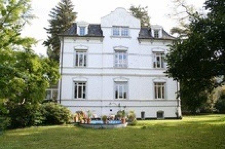 Traumhaftes Altbaudomizil mit großzügiger Grünanlage in Kirchrode